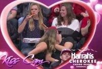 Болельщица испортила поцелуй двух влюбленных на Kiss Cam
