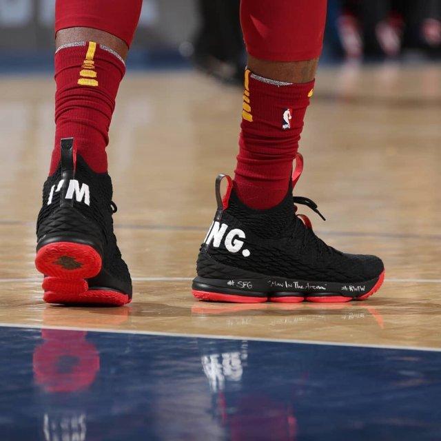 Леброн Джеймс сыграл против «Никс» в кроссовках с надписью «Я король»