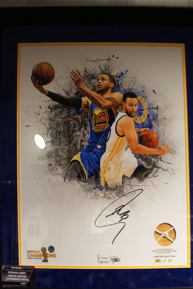 Давайте заглянем вместе в NBA Store в Нью-Йорке