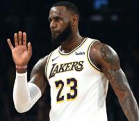 ЛеБрон Джеймс стал пятым игроком в истории НБА, получившим право выйти в стартовом составе Матча звёзд, представляя три разные команды
