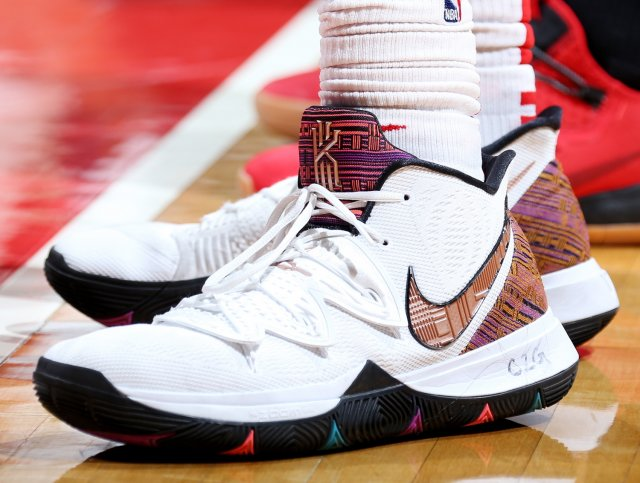 Thomas Bryant: Nike Kyrie 5