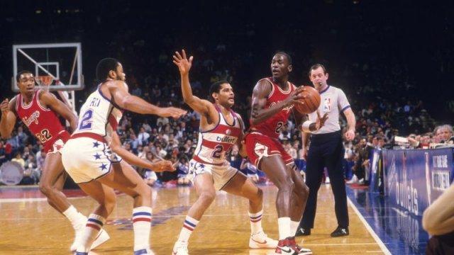 Школьники в США убивают ради кроссовок как у Джордана. Баскетбол страдает от насилия больше 30 лет