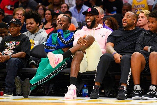 Самая веселая лига мира: есть 4-очковые броски, играют пенсионеры из НБА, а на трибунах Леброн и Снуп Догг